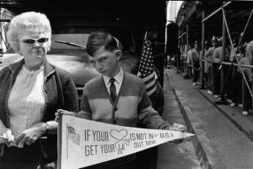Parata pro-Vietnam a New York. Fotografia di Mary Ellen Mark, 1968