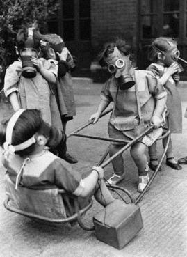 Bambini giocano con indosso delle maschere antigas, 1941