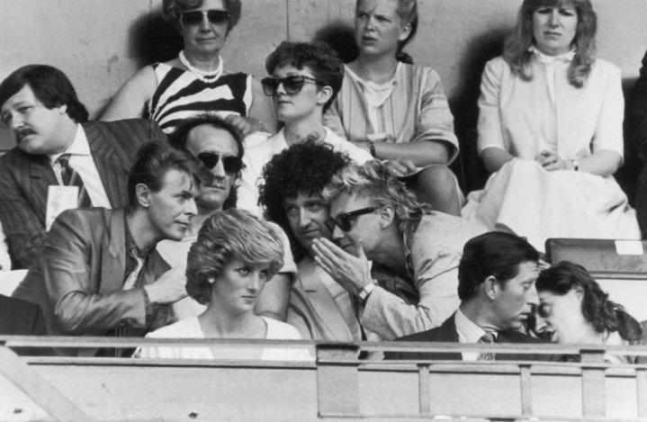 David Bowie, Chris Taylor, Brian May, Roger Taylor, la principessa Diana, il principe Carlo e Bob Geldof al Wembley Stadium, 1985. Fotografia di Nils Jorgensen