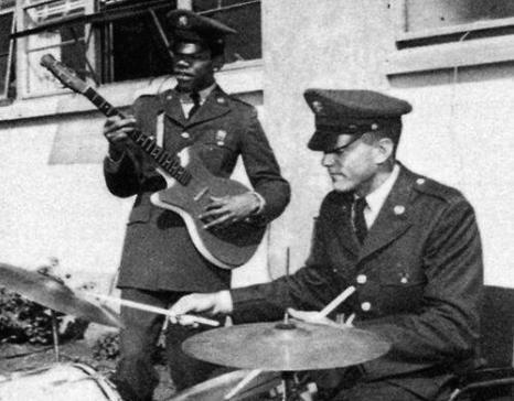 Jimi Hendrix suona la chitarra nell'esercito degli Stati Uniti intorno al 1961