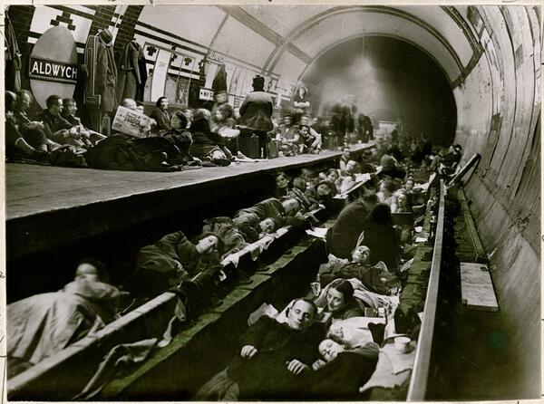 Londinesi cercano riparo durante la seconda guerra mondiale nella stazione metropolitana di Aldwych, aprile 1941