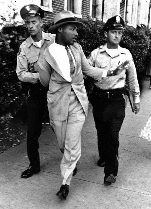Martin Luther King Jr. arrestato fuori da un'aula di tribunale, 1958