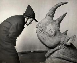 Salvador Dalí e il rinoceronte. Fotografia di Philippe Halsman, 1956