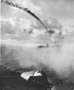 Un aereo giapponese viene abbattuto durante la battaglia di Saipan nel 1944