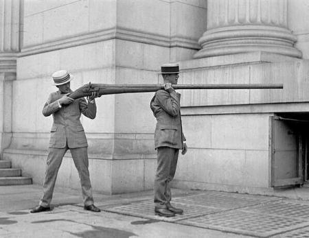 Il punt gun: un fucile estremamente grande utilizzato per la caccia alle anatre nel 19 ° secolo e all'inizio del ventesimo