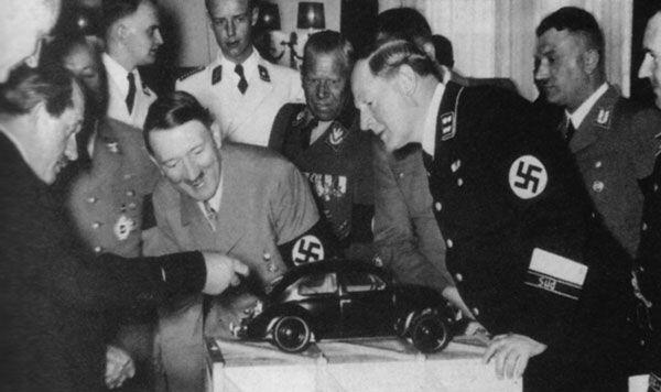 Ferdinand Porsche che mostra un modello della Volkswagen Beetle a Adolf Hitler nel 1935
