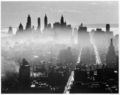 Lo skyline di Manhattan nascente nella nebbia mattutina, 1941 (foto di Andreas Feininger)