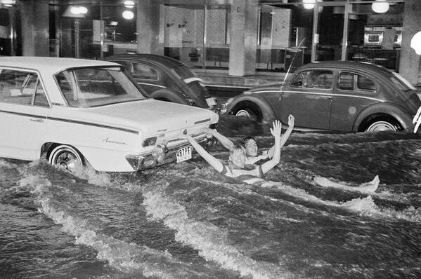 Due americani fanno surf da auto durante una alluvione in Messico, 1967
