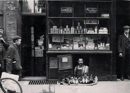 Il negozio pi piccolo di londra un venditore di for 2 metri quadrati di garage