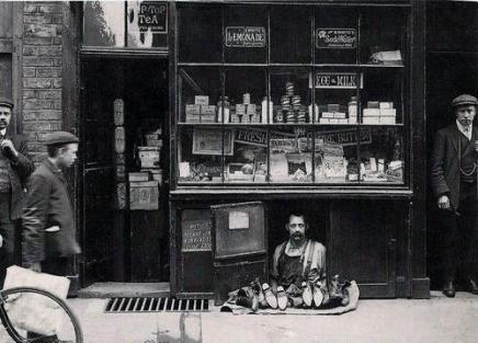 """""""Il negozio più piccolo di Londra"""" - un venditore di scarpe con un negozio di scarpe 1,2 metri quadrati, 1900"""