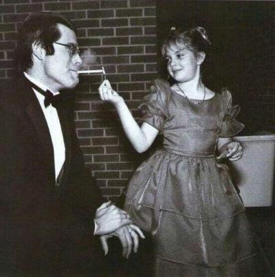 Drew Barrymore a 9 anni accende la sigaretta di Stephen King alla premiere Maine di Firestarter nel 1984