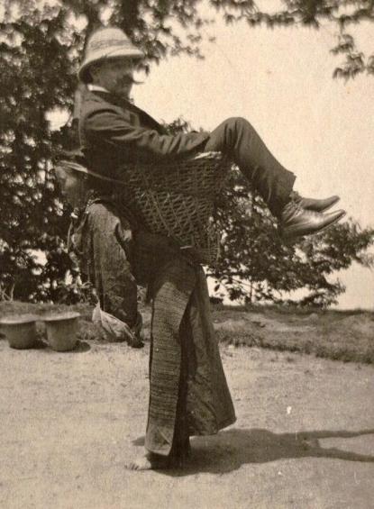 Un mercante inglese si fa trasportare da una signora sikkimese. West Bengala circa 1903