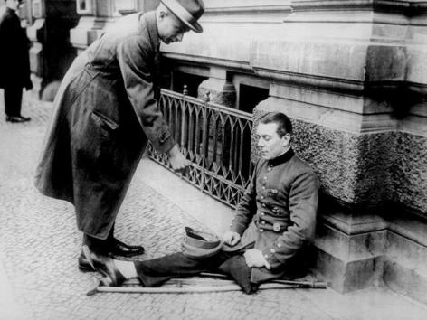 Un veterano della Prima Guerra Mondiale disabile mendica per le strade di Berlino 1923
