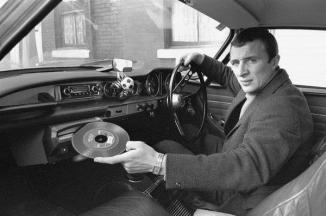 Un uomo che mostra il suo nuovo sistema Highway Hi-Fi, 1960