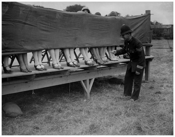 Un poliziotto fa il giudice a un concorso per caviglia a Hounslow, Londra, 1930