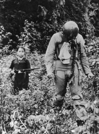 Un tenente della US Air Force tenuto prigioniero da un giovane soldato nordvietnamita 1967