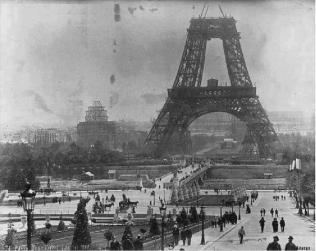Una foto rara della Torre Eiffel in costruzione nel luglio del 1888