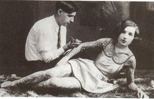 Una donna che viene tatuata, primi del 1900