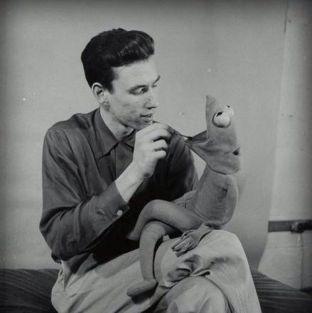 Un giovane Jim Henson lavora al suo primo prototipo di Kermit la rana dei Muppet 1954