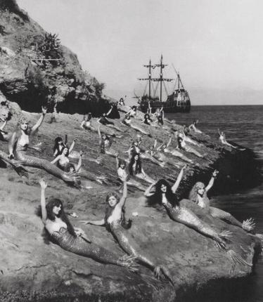 Attrici vestite da sirene in una pausa durante le riprese di Peter Pan. 1924