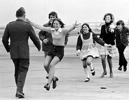 Prigioniero di guerra americano di ritorno dal Vietnam viene accolto dalla famiglia, 1973