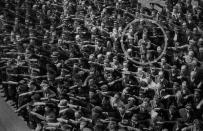 August Landmesser, un tedesco che era fidanzato con una donna ebrea, ha rifiutato di fare il saluto nazista. Amburgo 1936