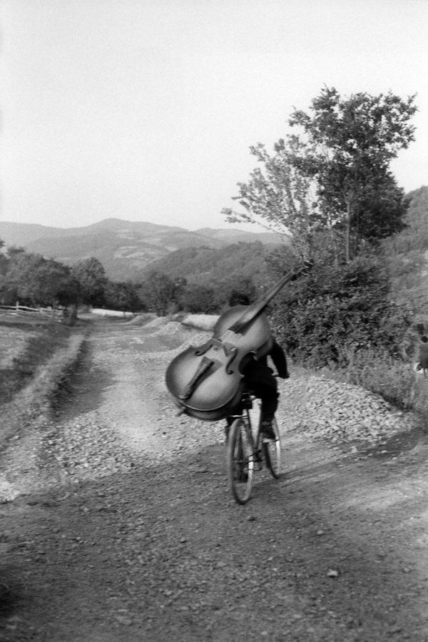 Suonatore di contrabbasso va a suonare ad un festival in un villaggio della Serbia (foto di Henri Cartier-Bresson)