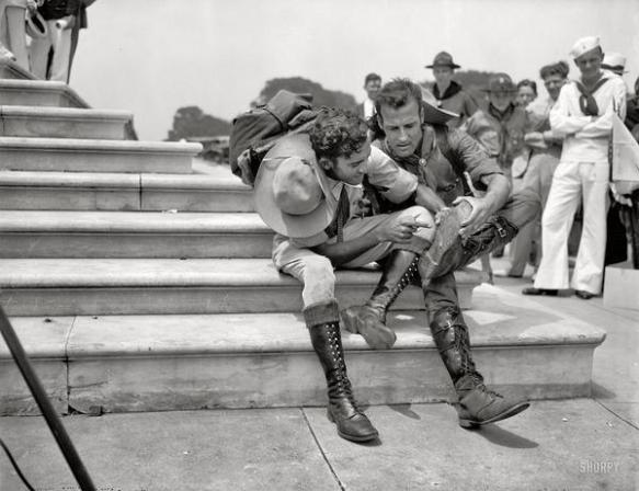Boy Scouts esaminano gli stivali dopo un'escursione di 800 miglia al National Scout jamboree nel 1937