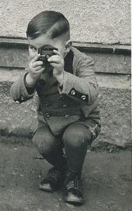 Bambino con macchina fotografica, 1910