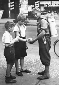 Ragazzo con stand portatile di limonata, Berlino, 1931