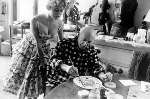 Brigitte Bardot visita Pablo Picasso nel suo studio vicino a Cannes 1956