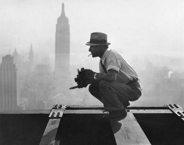 """Charles Ebbets mentre realizza la famosissima foto """"Lunch atop a Skyscraper"""", 1932"""
