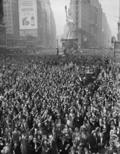 Folla a Times Square celebrare la resa della Germania, 7 maggio 1945