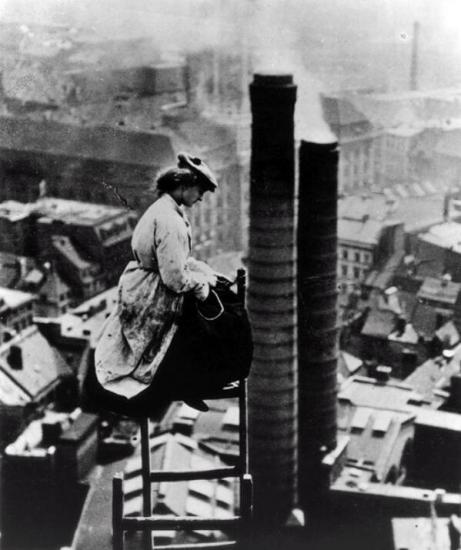 Una donna muratore sopra Berlino c. 1900