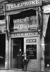 I primi telefoni pubblici a Los Angeles, California, 1899