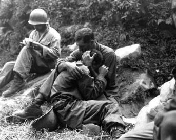 Un soldato semplice americano conforta un fante in lutto durante la guerra di Corea, 28 agosto 1950