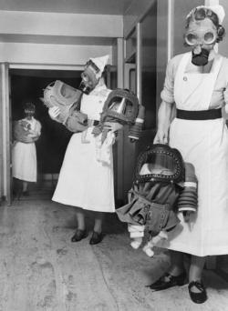 Maschere antigas per bambini testati in un ospedale inglese, 1940