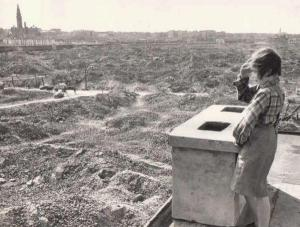 Una ragazza si affaccia sulle rovine del ghetto di Varsavia nel 1945