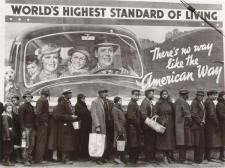 Ironia nella Grande Depressione: persone che aspettano la loro razione di pane. Notare il cartellone dietro. Ohio, 1937