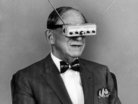 L'inventore Hugo Gernsback fa una dimostrazione dei suoi occhiali televisione, 1963