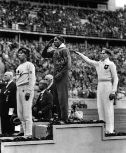 Jesse Owens vince l'oro nella Germania nazista