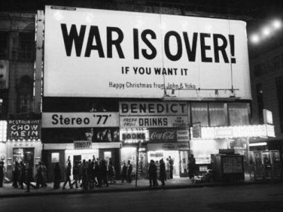 Il cartellone pensato da John Lennon e Yoko Ono al Times Square, New York, 1969