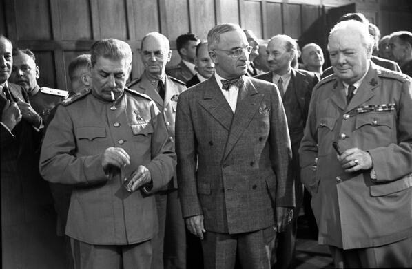 Joseph Stalin, Harry Truman e Winston Churchill alla conferenza di Potsdam del 1945