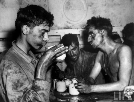 Marine bevono un caffè dopo 2 giorni e 2 notti di combattimento nell'atollo Eniwetok nel 1944, la Seconda Guerra Mondiale