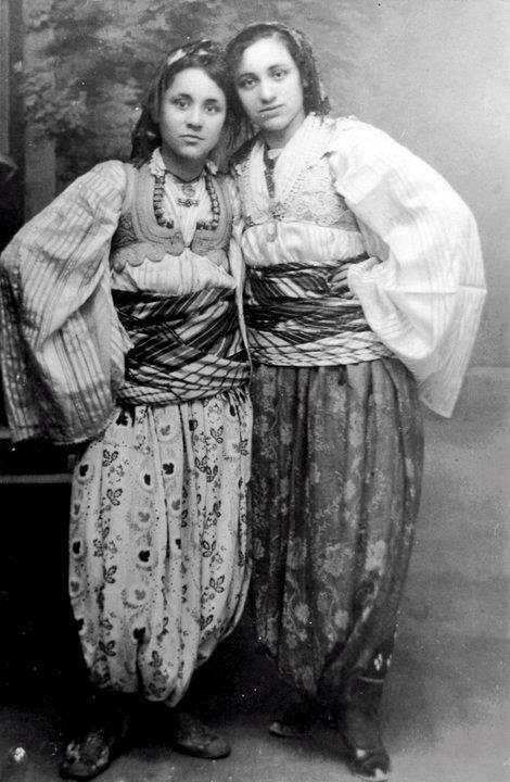 Maria Teresa di Calcutta adolescente con abiti tradizionali albanesi