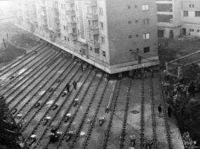 Spostamento di un condominio 7.600 tonnellate per creare un viale di Alba Iulia, Romania 1987