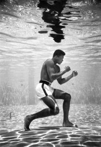 Muhammad Ali si allena in una piscina al Sir John Hotel, Miami, 1961 (Foto di flip Schulke)