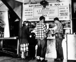 Ordinazione di alcuni cheeseburger a 19 cent nel primo McDonald, 1948