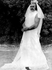 """Sean Connery in un abito da sposa sul set del film del 1974 """"Zardoz"""""""