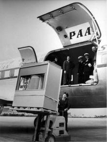 Un disco rigido IBM 5 megabyte viene caricato in un aeroplano. Pesava più di 1000kg, 1956